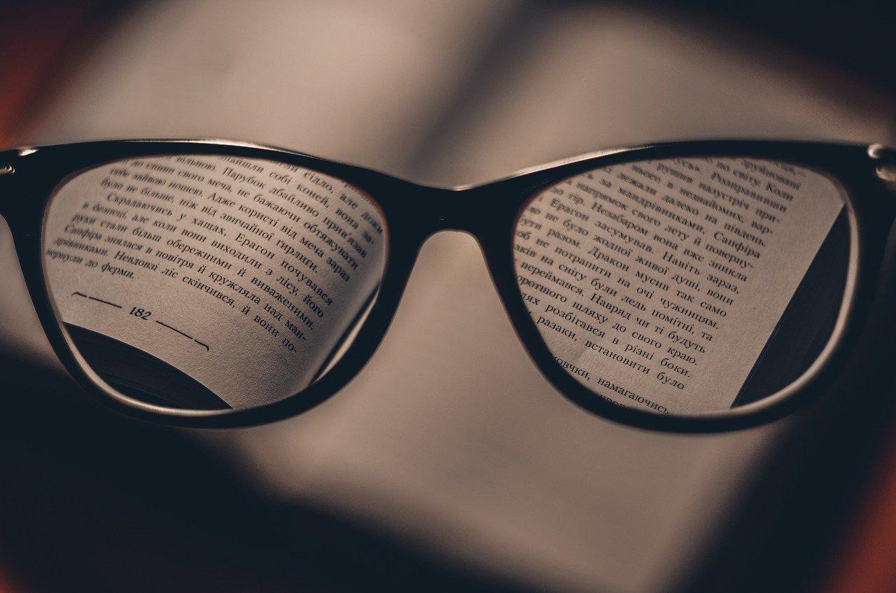 Wykonanie okularów do czytania często kojarzy się z wizytą w salonie optycznym. Czy można kupić je bez wychodzenia z domu?