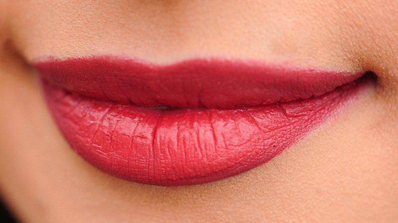 Masz asymetryczne usta? Ten zabieg nada im atrakcyjny wygląd